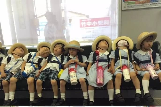 在日本的电车上,放学困成一排的小朋友。哈哈哈哈哈好萌啊!-1