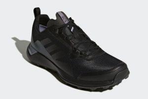 连绵阴雨?你需要一双防水的阿迪达斯户外鞋-1
