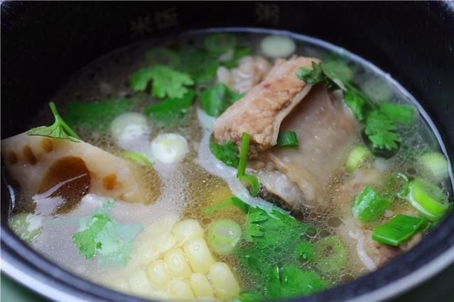 炖一锅莲藕玉米排骨汤,一个人的生活也可以丰富多彩-1